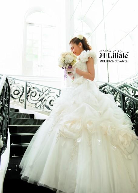 リリアーレの新作ふんわりお花をあしらったドレス